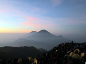 Paling Belakang Gunung Sumbing, depannya Gunung Sindoro
